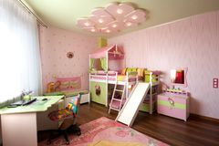 Conception moderne d'un intérieur de chambre d'enfant dans des couleurs en pastel photographie stock libre de droits