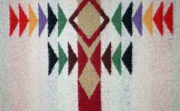 Conception multicolore sur une couverture de laine tissée Photo libre de droits
