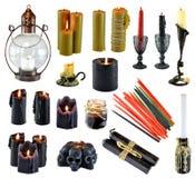 Conception réglée avec brûler les bougies rouges et colorées noires d'isolement sur le blanc photos stock