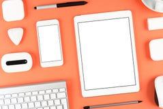 Conception sensible : Clavier, comprimé et smartphone sur la table rouge Photographie stock
