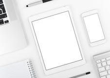 Conception sensible : Comprimé et smartphone d'ordinateur portable sur la table blanche Images stock