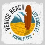 Conception surfante de ressac de Venice Beach la Californie avec un panneau de ressac sur la plage et le Logo Sign Label en feuil illustration de vecteur