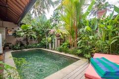 Conception traditionnelle et antique de villa et piscine extérieure Photographie stock libre de droits