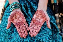 Conception traditionnelle indienne de mehndi sur les mains des femmes Images stock