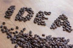 Conceptional ИДЕЯ знака нарисованная среди коричневого цвета зажарила в духовке кофейные зерна Стоковая Фотография