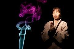 Conceptions de fumée et femme asiatique. photographie stock libre de droits