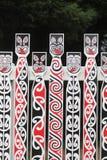 Conceptions maories sur une barrière aux jardins de gouvernement, Rotorua, Aotearoa images libres de droits