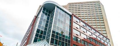 Conceptions modernes de bâtiment Vues courbes des contrastes, de la couleur, des panneaux et du verre Photo libre de droits