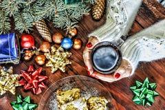 Concepto: Año Nuevo, la Navidad en una ambiente familiar acogedora Una mujer en un suéter del blanco sostiene una taza de té, al  Imagenes de archivo