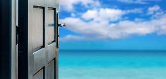 Concepto abierto de la puerta a la isla hermosa del paraíso Foto de archivo libre de regalías