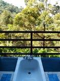 Concepto abierto del cuarto de baño con la opinión escénica de la montaña imagen de archivo