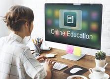 Concepto académico del uso en línea de la educación del aprendizaje electrónico foto de archivo