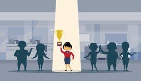 Concepto acertado asiático del ganador de With Spot Light de la empresaria de la taza de oro del control de la mujer de negocios Foto de archivo libre de regalías