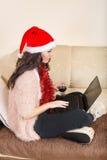 Concepto acertado de las compras con la mirada del ordenador portátil, la Navidad Imagen de archivo
