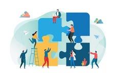 Concepto acertado del trabajo en equipo junto contenido del m?rketing Hombres de negocios que llevan a cabo el pedazo grande del  foto de archivo libre de regalías