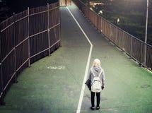 Concepto activo que camina del patinador de la mujer joven Imagen de archivo libre de regalías