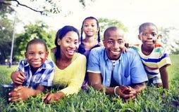Concepto africano de la actividad de las vacaciones del día de fiesta de la felicidad de la familia Imágenes de archivo libres de regalías