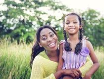 Concepto africano de la actividad de las vacaciones del día de fiesta de la felicidad de la familia Fotografía de archivo libre de regalías