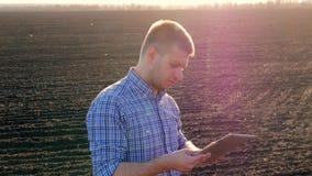 Concepto agrícola moderno, tecnología avanzada en agricultura Crecimiento que controla del granjero de plantas Granjero de sexo m almacen de metraje de vídeo