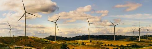 Concepto ahorro de energía con la opinión del panorama del const de la turbina de viento imagenes de archivo