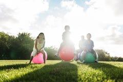 Concepto al aire libre del ocio alegre casual de la familia de la bola Foto de archivo
