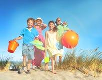 Concepto alegre de la familia de la vinculación de la unidad alegre de la playa Foto de archivo libre de regalías