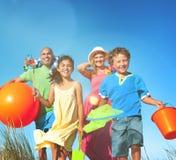 Concepto alegre de la familia de la vinculación de la unidad alegre de la playa Fotografía de archivo libre de regalías