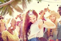 Concepto alegre de la felicidad de la playa de la vinculación del baile de la amistad Foto de archivo libre de regalías