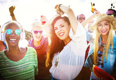 Concepto alegre de la felicidad de la playa de la vinculación del baile de la amistad Fotos de archivo