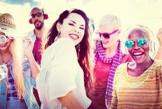 Concepto alegre de la felicidad de la playa de la vinculación del baile de la amistad Imagen de archivo libre de regalías