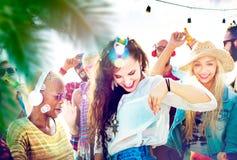 Concepto alegre de la felicidad de la playa de la vinculación del baile de la amistad Fotos de archivo libres de regalías