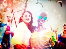 Concepto alegre de la felicidad de la playa de la vinculación del baile de la amistad Fotografía de archivo