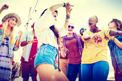 Concepto alegre de la felicidad de la playa de la vinculación del baile de la amistad Foto de archivo