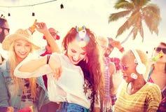 Concepto alegre de la felicidad de la playa de la vinculación del baile de la amistad Fotografía de archivo libre de regalías