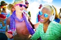 Concepto alegre de la felicidad del verano de la playa del baile Imagen de archivo libre de regalías