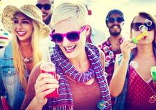 Concepto alegre de la felicidad del verano de la playa del baile Fotografía de archivo libre de regalías