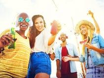 Concepto alegre de la felicidad del verano de la playa del baile Imágenes de archivo libres de regalías