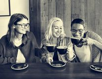 Concepto alegre de la relajación del descanso para tomar café de los amigos del café fotos de archivo
