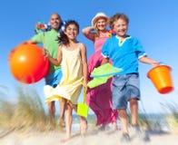 Concepto alegre del día de fiesta de las vacaciones de la playa de la vinculación de la familia Foto de archivo libre de regalías