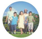 Concepto alegre del jardín del parque del Parenting de la familia que camina Fotografía de archivo