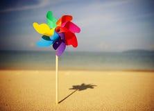 Concepto alegre del ocio de la playa del molinillo de viento del verano Fotografía de archivo