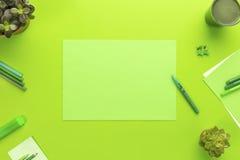 Concepto ambiental de un escritorio de oficina verde con las fuentes Fotos de archivo libres de regalías