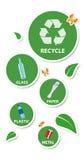 Concepto ambiental, etiquetas engomadas redondas y materiales reciclables, Imágenes de archivo libres de regalías