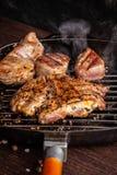 Concepto americano de la cocina Un filete jugoso del filete de la carne con pimienta negra se asa a la parrilla en una cacerola d fotos de archivo libres de regalías