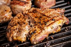Concepto americano de la cocina Un filete jugoso del filete de la carne con pimienta negra se asa a la parrilla en una cacerola d fotos de archivo