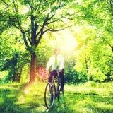 Concepto amistoso de Bike Bicycle Eco del hombre de negocios conservador foto de archivo