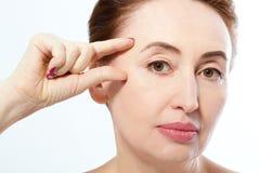 Concepto antienvejecedor de la arruga Mujer de la menopausia Edad Media, arrugas Cara macra en el fondo blanco Mofa para arriba C fotografía de archivo libre de regalías
