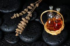 Concepto aromático del balneario de aceite esencial de las botellas en cesta y drie Foto de archivo
