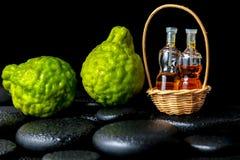 Concepto aromático del balneario de las frutas y de las botellas o esencial de la bergamota Foto de archivo libre de regalías
