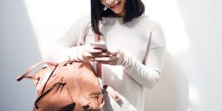 Concepto asiático de la pared de señora Checking Phone Bag Imágenes de archivo libres de regalías